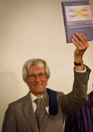 Martin van den Broek met het eerste boek  -  foto: Ted van den Bergh