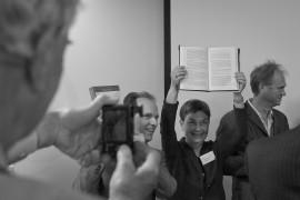 Marjolein Thiebout met het eerste boek  -  foto: Ted van den Bergh