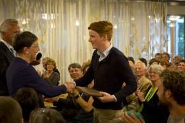 Overhandiging Praktijkboek aan nieuwe generatie - foto: Ted van den Bergh