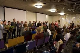 Uitgever, Inge van der Ploeg, spreekt auteurs toe  -  foto: Ted van den Bergh